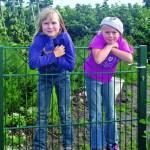 Auf RAL-gütegesicherte Zäune ist Verlass, denn hier brauchen sich Eltern nicht zu sorgen. Schutz und Sicherheit sind garantiert. (Foto: epr/RAL Gütegemeinschaft Metallzauntechnik)