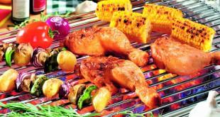 Gegrillter Fisch schmeckt umso besser, je höher die Qualität der Holzkohle ist. Buchen Grillholzkohle aus deutscher Herstellung ist umweltfreundlich und verbrennt ohne Staub, Qualm und Funkenflug. (Foto: Gardenplaza/proFagus)