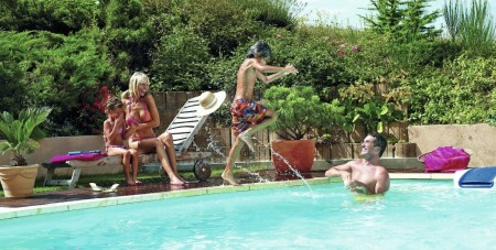 Rein ins Vergnügen: Mit dem eigenen Swimmingpool im Garten gehören lange Schlangen an den Kassen des Freibades, Lärm und der Kampf um die besten Plätze am Wasser der Vergangenheit an. (Foto: epr/Desjoyaux)