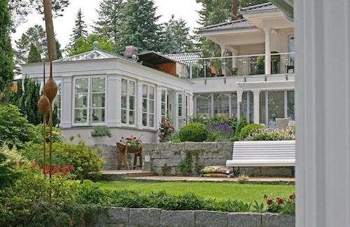 Edle Hölzer und hochwertige Lackierungen machen den privaten Wintergarten zu einem echten Hingucker. (Foto: epr/FRESAND Wintergarten)