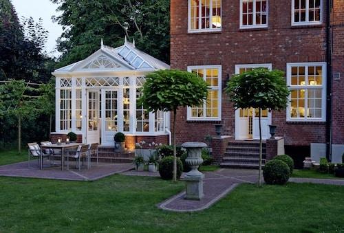 Wintergärten lassen sich individuell planen und gestalten. So passen sie sich perfekt dem Stil von Haus und Garten an. (Foto: epr/FRESAND Wintergarten)