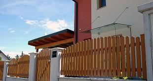 Ein Zaun aus Aluminium muss nicht immer grau sein. Auch Farben wie Ockerbraun sind möglich. Foto: djd/Super-Zaun