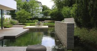 Erholung mitten in der Stadt: Ein Schwimmteich macht dies auf ökologische Weise möglich. Foto: djd/Biotop/swimming-teich.com