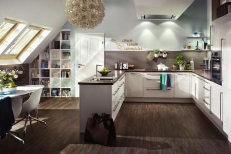 Selbst für eine gemütliche Küche ist Platz unter dem Dach - eine gute Planung vorausgesetzt. Foto: djd/TopaTeam/InVardo