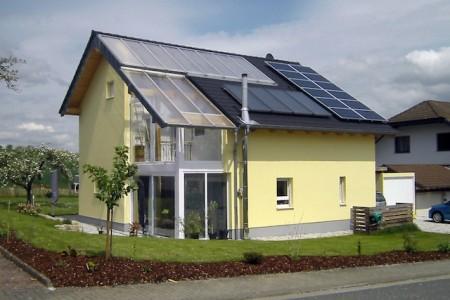 Wer in einem Niedrigenergiehaus mit doppelter Haushülle wohnt, spart durch den Verzicht auf kostenintensive Technik ein Hausleben lang Betriebskosten, ohne auf Komfort verzichten zu müssen. djd/Bio-Solar-Haus GmbH