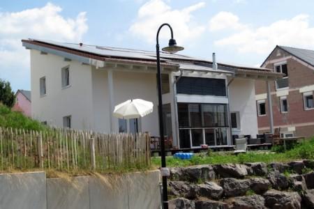 Eine Luftschicht zwischen Wetterschutzhaus und Innenhaushülle hält das Innenhaus im Winter wie ein Mantel warm und im Sommer angenehm kühl. djd/Bio-Solar-Haus GmbH