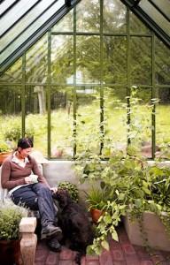 Nicht nur Pflanzen finden im Gewächshaus einen Platz zum Wohlfühlen. Auch Mensch und Tier sind hier zufrieden. (Foto: epr/Burford the British style)