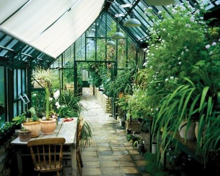 Viktorianische Gewächshäuser gibt es in jeder Größe. Nicht nur ihr Klima, sondern auch ihr Stil bieten stets die richtige Atmosphäre, in der Mensch und Pflanzen gleichermaßen aufblühen. (Foto: epr/Hartley Botanic/Burford the British style)