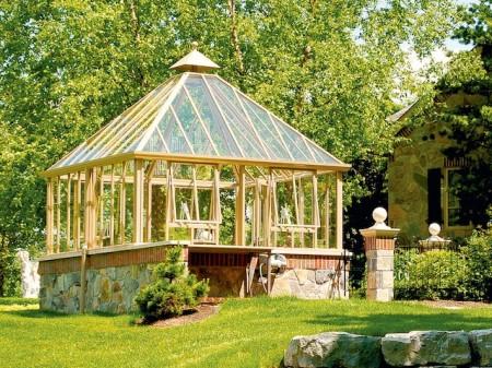 """Die Reiseeindrücke englischer Forscher und Naturwissenschaftler flossen auch in die Architektur britischer Gartenanlagen und ihrer Gewächshäuser ein. Bei der """"Hartley Grange"""" verbindet sich die Architekturkunst der alten Ägypter mit traditioneller britischer Gartenkultur. (Foto: epr/Hartley Botanic/Burford the British style)"""