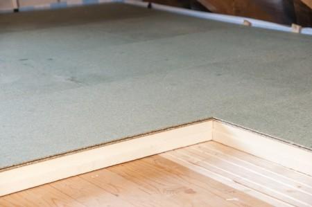 Doppelter Nutzen: Dämmplatten mit Holzspanplatten dämmen nicht nur, sondern fungieren zudem als Bodenbelag. (Foto: epr/Kingspan Insulation)