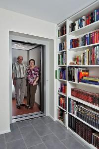 Der Fahrstuhl trägt dazu bei, dass man auch im Ruhestand lange selbstständig auf zwei Ebenen leben kann. Foto: djd/WeberHaus.de