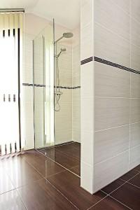 Eine Walk-in-Dusche ist für Menschen jeden Alters komfortabel. Foto: djd/WeberHaus.de