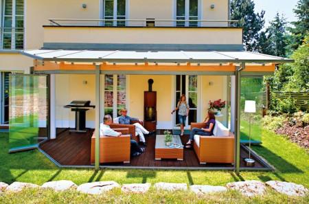 Wird er von Profis errichtet, lassen sich in einem Sommergarten viele schöne Relaxstunden verbringen. (Foto: epr/Wintergarten Fachverband e.V.)
