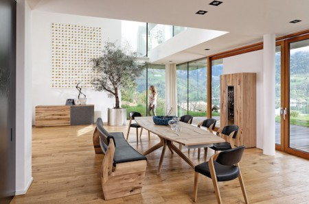 Möbel aus Holz sind Möbel mit Zukunft! Das Leben und wohnen im Einklang mit der Natur liegt im Trend: Dass moderne Designansprüche dabei nicht zu kurz kommen, zeigt die Wohn- und Speisezimmerserie V-Alpin. (Foto: epr/Voglauer)