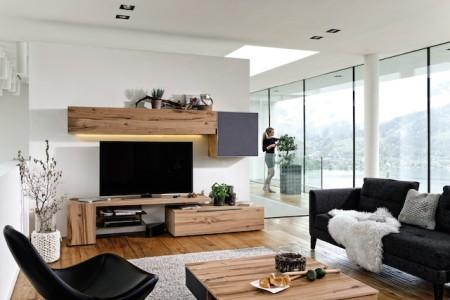 Holz spendet Energie, Wärme, Harmonie und Wohlbefinden. Wie V-Alpin beweist, lässt die Kombination aus dem natürlichen Werkstoff und Loden oder Leder das Wohnambiente dazu noch äußerst exklusiv wirken. (Foto: epr/Voglauer)