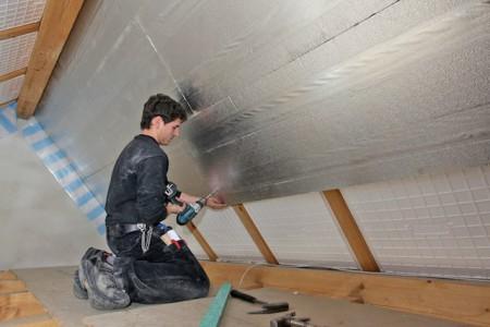Eine Untersparrendämmung beeinflusst die Luftqualität in Dachräumen, die zum Wohnen oder Arbeiten genutzt werden. Schlanke Polyurethandämmungen sind unbedenklich und schimmelsicher. Foto: djd/puren
