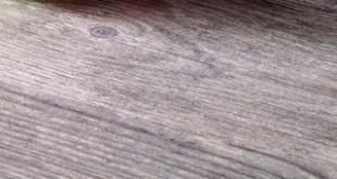 Täuschend echt: eine Schichtstoffarbeitsplatte in Holzdekor. Foto: djd/KüchenTreff GmbH & Co. KG