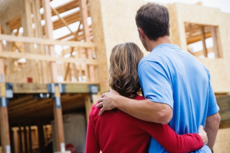 Bei Arbeitslosigkeit droht im schlimmsten Fall die Zwangsversteigerung des Eigenheims - doch so weit muss es mit der richtigen Absicherung zum Glück meist nicht kommen. Foto: djd/Schutzgemeinschaft für Baufinanzierende e.V/Corbis