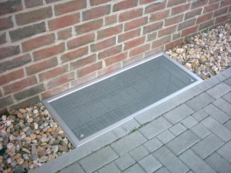 Das Gewebe hält konsequent sauber und lässt natürliches Tageslicht nach wie vor in die Kellerräume gelangen. (Foto: epr/DEFLEX®)