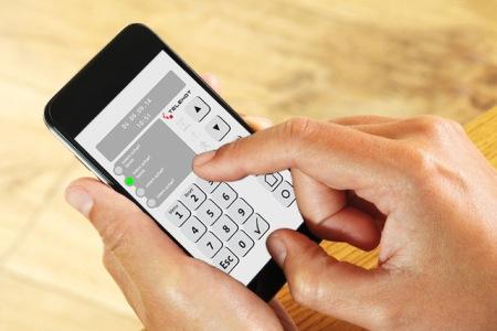 Mit der Alarmanlagen-App von Telenot lässt sich jederzeit und von jedem Ort aus die Sicherheit des Zuhauses kontrollieren und steuern. Foto: djd/TELENOT ELECTRONIC GMBH