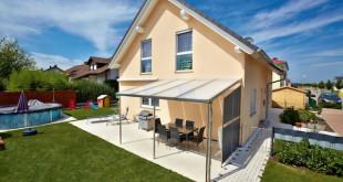 Ein festes Dach für die Terrasse: Kunststoffbedachungen bieten dazu vielfältige Möglichkeiten. Foto: djd/Gutta Werke