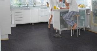 Da Designböden aus Vinyl eine leicht zu reinigende Oberfläche besitzen, eignen sie sich auch ideal als pflegeleichter Bodenbelag in Küche und Esszimmer. (Foto: epr/HolzLand, HQ-Boden)