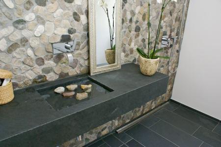 Schiefer passt mit seiner mattrauen, anthrazitfarbenen Oberfläche optimal zu etwas helleren Materialien. STONEGATE verarbeitet den Naturstein individuell. (Foto: epr/STONEGATE)