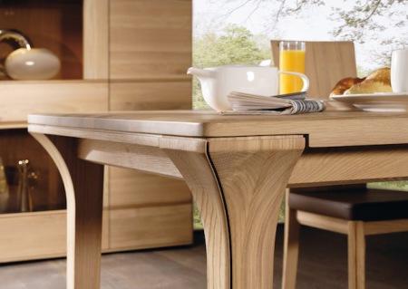 Möbel aus Holz sind ein treuer Wegbegleiter. Sie vermitteln Ursprünglichkeit und erzeugen eine Atmosphäre, die verlässlich ist und eine Basis fürs Leben bietet. (Foto: epr/Voglauer)