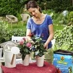 Gärtnern mit leichter Hand: Im Gewicht reduzierte Blumenerde, die alle Zutaten für ein kräftiges Wachstum enthält, macht das Pflanzen einfach. Foto: djd/Compo