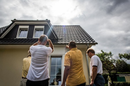 Ob sich die Dachflächen als Energielieferant per Photovoltaik oder Solarthermie nutzen lassen, sollte im Vorfeld gründlich abgeklärt werden. Foto: djd/Bauherren-Schutzbund