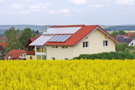 Haus im Haus: Die intelligente Konstruktion sorgt für ein gesundes und angenehmes Raumklima bei einem nur sehr geringen Heizenergiebedarf. Foto: djd/Bio-Solar-Haus GmbH