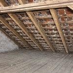Atmen und die Feuchtigkeit aus dem Haus abführen können nur komplett ungedämmte Dächer, die es laut EnEV eigentlich gar nicht mehr geben darf. Foto: djd/Paul Bauder