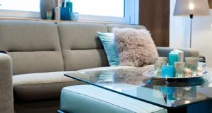 Großer Gestaltungsspielraum ergibt sich bei der Inneneinrichtung durch eine vielseitige Stoffkollektion und eine breite Farbpalette bei den Polsterledern. Foto: djd/EKORNES/Martina van Kann