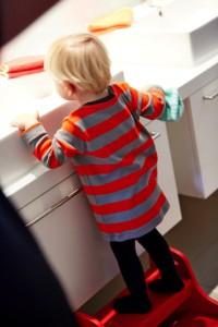 Mit einem Treppchen am Waschtisch kommen auch die Kleinen gut an die Armaturen. Wichtig ist, dass es rutschfest und standsicher ist. Bild: tdx/VDS