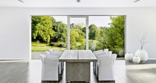 Maximale Durchsicht und Offenheit: Mit dem Ganzglas-Fenstersystem Panorama HX 300 von Internorm verschwindet der Fensterrahmen unsichtbar im Mauerwerk. Nur noch die sich öffnen lassenden Fenster- und Türelemente werden als solche wahrgenommen. (Foto: epr/Internorm)