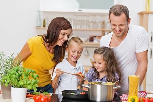 Bewusst kochen: Was Energie spart, schont in der Regel auch wertvolle Vitamine und Spurenelemente. Foto: djd/E.ON/contrastwerkstatt - Fotolia
