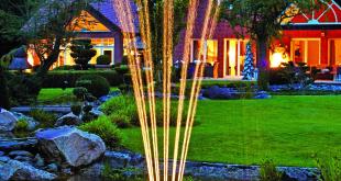 Ein Wasserspiel ist in jedem Gartenteich ein schöner Blickfang. Gerade in den Abendstunden entfaltet es mit Beleuchtung einen ganz besonderen Reiz. Um Wasser in derartig formschöne Bewegung zu setzen, gibt es viele Möglichkeiten. Ganz einfach geht es mit dem schwimmenden Wasserspiel Oase PondJet Eco – einem imposanten Wasserschauspiel mit bis zu drei Meter in Höhe und Breite, noch dazu kinderleicht zu installieren. (Foto: OASE)