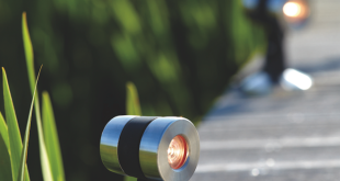 Stimmungsvoll beleuchtet entwickelt ein Gartenteich gerade bei Dunkelheit seinen ganz besonderen Reiz. Wasserpflanzen, Uferbereiche oder auch ein Bachlauf lassen sich mit geeigneter Lichtquelle in Szene setzen. Beleuchtungs-Sets, wie das LunAqua Maxi LED Set 3, gibt es anschlussfertig mit 12 Volt-Sicherheitstransformator und drei LED-Leuchten – geeignet für den Einsatz über und unter Wasser. (Foto: OASE)