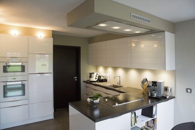 So mediterran das VarioToscana von außen wirkt, so modern präsentiert sich die Küche – nach den persönlichen Vorstellungen und Wünschen der Kunden. (Foto: epr/VarioSelf)