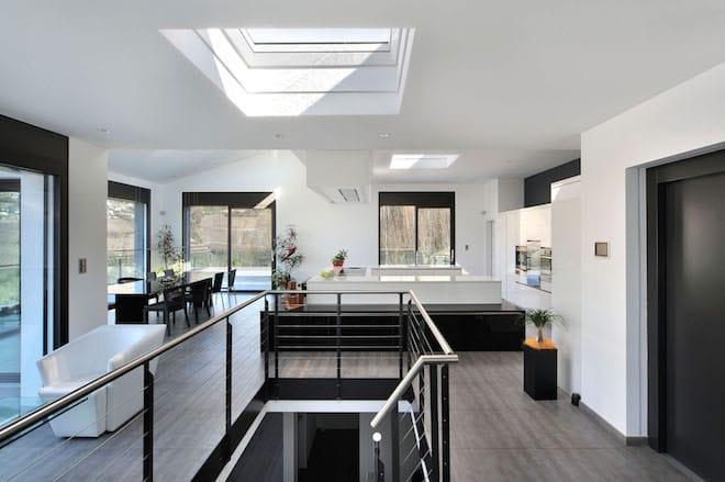 Flachdach-Fenster holen mehr Tageslicht in die Innenräume und schaffen so eine freundliche, angenehme Raumatmosphäre. Foto: djd/VELUX