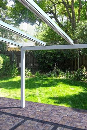 Zusammen mit Heizstrahlern und integrierter Beleuchtung sorgen Leicht-Glasdächer dafür, dass man den Sommer auf der Terrasse länger genießen kann. Foto: djd/Lewens-Markisen/Fotolia.com