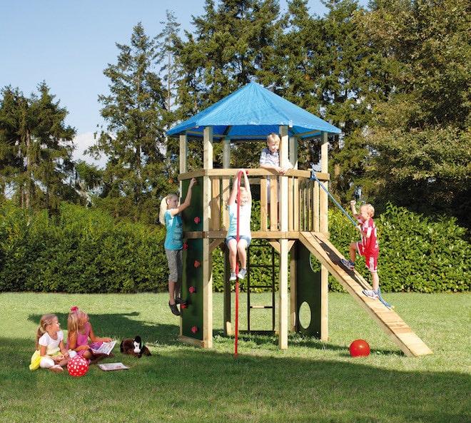 Sobald die Sonne scheint, zieht es Kinder zum Spielen hinaus ins Freie. Damit sie sicher herumtollen können, sollte einiges beachtet werden. Bild: tdx/Brügmann Traumgarten