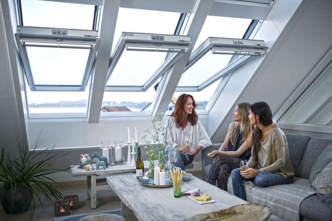 Für angenehme Temperaturen im Dachgeschoss empfiehlt es sich im Sommer, die Dachfenster erst gegen Abend zu öffnen. Foto: djd/VELUX