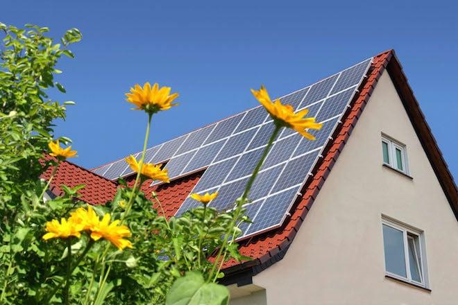 Eine YouGov-Umfrage im Auftrag des Energie- und IT-Unternehmens LichtBlick ergab: 17 Prozent der Deutschen gehen davon aus, dass sich Solarbatterien bereits innerhalb der nächsten fünf Jahre rechnen, jeder Fünfte hat bereits über die Anschaffung einer Solarbatterie nachgedacht. Foto: djd/LichtBlick SE/panthermedia
