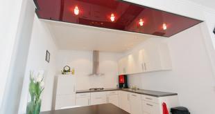 Hier sind alle Generationen willkommen: Die moderne Decke mit matter Oberfläche und LED-Spots verleiht der Küche ihren gemütlichen Charakter. (Foto: epr/PLAMECO)