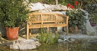 """Um das beliebte Naturprodukt Holz im Innen- und Außenbereich zu schützen und zu pflegen, empfiehlt sich eine lösemittel- und VOC-freie Aqua Holzlasur, die auf dem Prinzip """"ölen statt versiegeln"""" beruht. (Foto: epr/natural-farben.de)"""