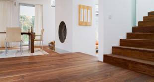 Wer sich dafür entscheidet, Fußboden und Treppenstufen mit dem gleichen Material zu gestalten – hier wurde Nussbaum gewählt – realisiert einen echten Hingucker in den eigenen vier Wänden. (Foto: epr/Adler Fertigparkett)