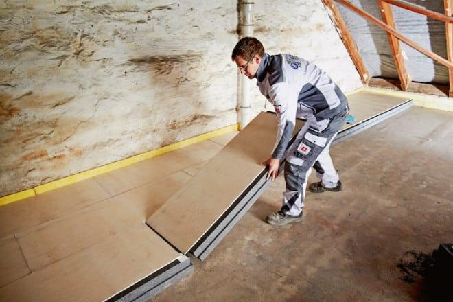 Die verlegefreundlichen Rigidur Dachbodenelemente 032 TF von Rigips halten den erlaubten Wärmedurchgangswert (U-Wert) von 0,24 W/m2K bereits ab einer Dicke von nur 13,5 Zentimetern ein. (Foto: Saint-Gobain Rigips GmbH)