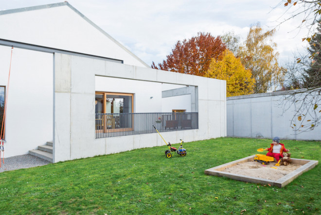 Wände aus Sichtbeton mit großzügigem Durchblick: Auf der Terrasse sitzt es sich ungestört. Gleichzeitig kann man durch die weitläufigen Öffnungen in den Wänden ungehindert in den Garten schauen. (Foto: epr/BetonBild)