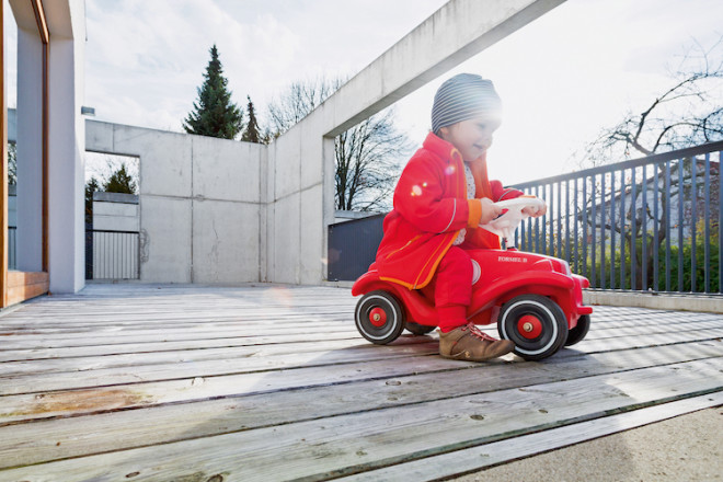 Die Terrasse ist an schönen Tagen der Lieblingsplatz aller Familienmitglieder. Ein Geländer aus dunklem Stahl erhöht die Sicherheit für spielende Kinder auf dem höher gelegenen Freisitz. (Foto: epr/BetonBild)